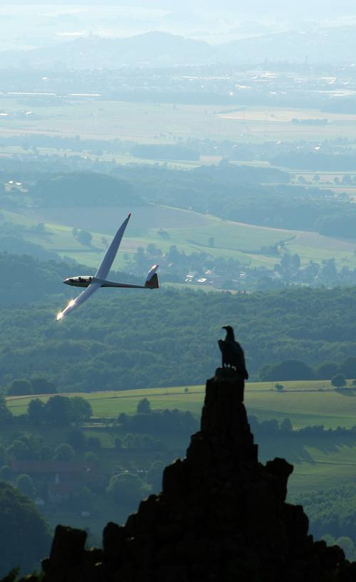 Ein Segelflieger umfliegt das Fliegerdenkmal an der Wasserkuppe